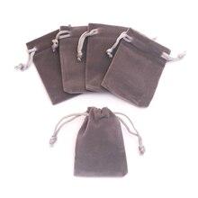 100 unids/lote Bolsa De terciopelo gris 5x7cm Mini bolsa de joyería Favor encantos joyería embalaje bolsas de terciopelo de boda bolsa de cordón bolsa de regalo