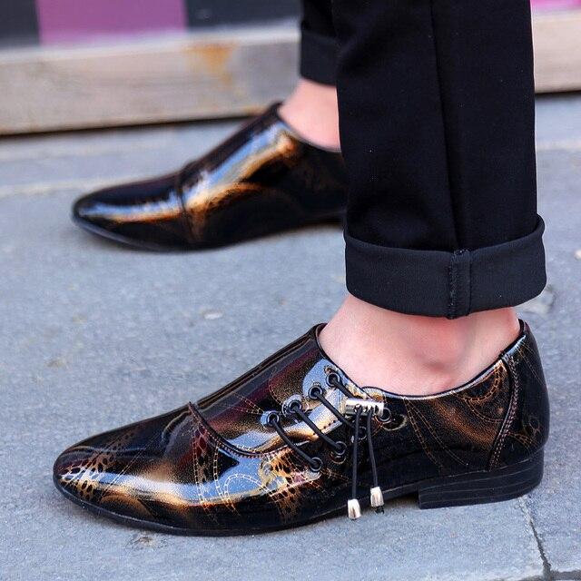 13b0ebea5d1d Printemps Automne Jeune Homme De Mode Bout Pointu En Cuir Décontractée Chaussures  Personnalité Côté Dentelle Brillant