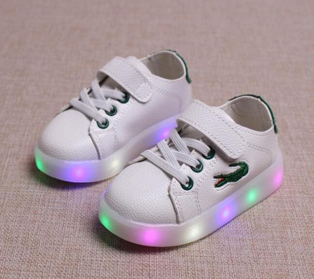 2017 nueva famosa marca de moda fresca del bebé shoes kids glowing iluminado zapatillas lindo fresco encantador niños niñas shoes