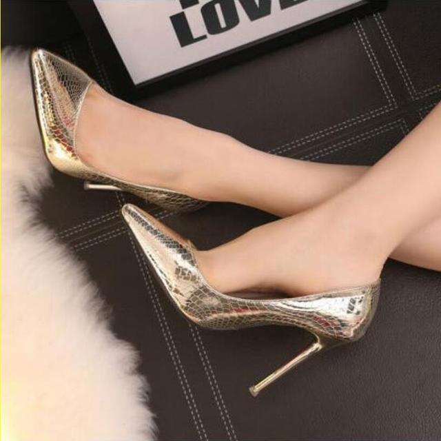 {D & H} Marca Sapatos Serpentina das Mulheres Sapatos de Salto Alto Mulheres Bombas Stiletto Salto Fino Dedo Apontado sapatos de casamento Sapatos de Mulher de Ouro Sliver