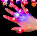 100 pçs/lote Aleatório Toy Kids Led LED Piscando Anel de Luz Piscando Festa Rave Glow Jelly Macio Dedo Anéis