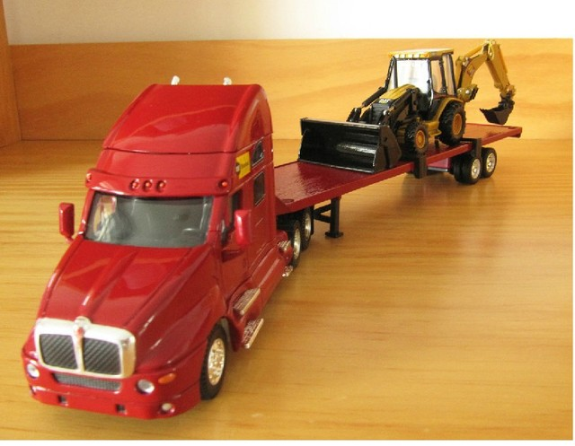 N-55117 SET- 1:50 CAT RENTAL STORE   Flatbed HAULER  Trailer With 420D Backhoe  Loader toy