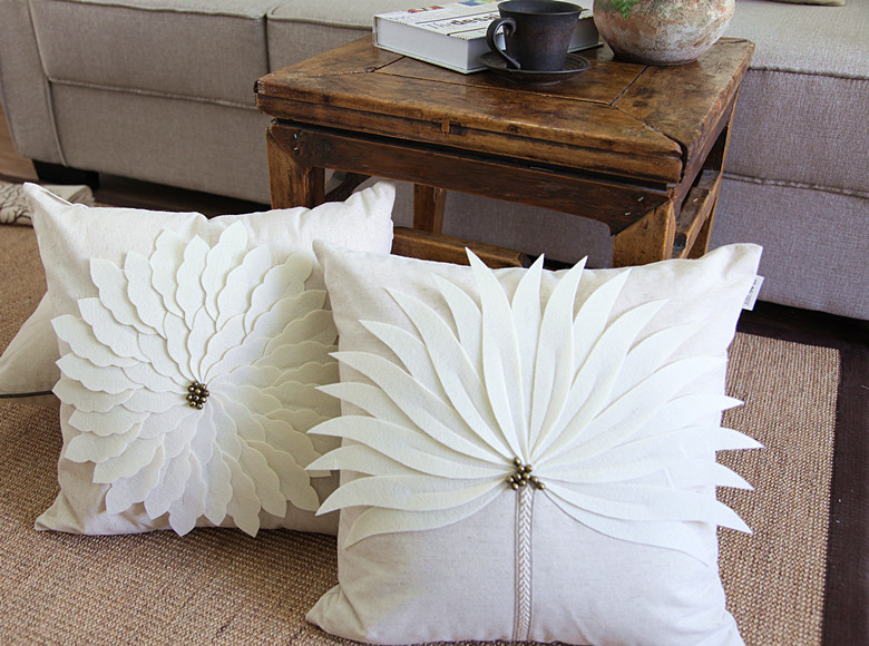Natrual Luxurious Handmade Decorative 3D Felt Leaf Vintage Copper Small Bell Peacock Tail Linen Cushion Cover Throw Pillow Case