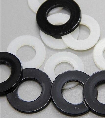 Lot de 12 entretoises en nylon noir M5 x 20 mm.
