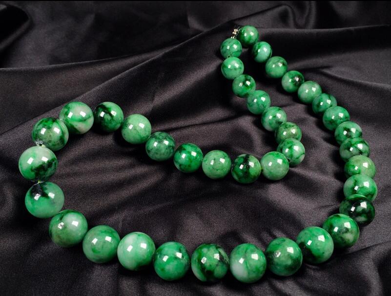 Glace gluant épicé vert grand collier de perles rondes chaîne de chandail de haute qualité caractéristiques pendentif Jade émeraude naturelle un produit match