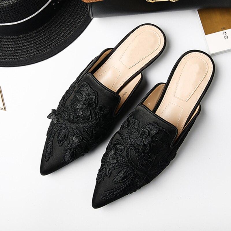 Ayakk.'ten Terlikler'de 2019 Lüks Saten Terlik Kadın Sivri Burun Çiçek Nakış Flats Muller Ayakkabı Kadın Moda Sandalet'da  Grup 3