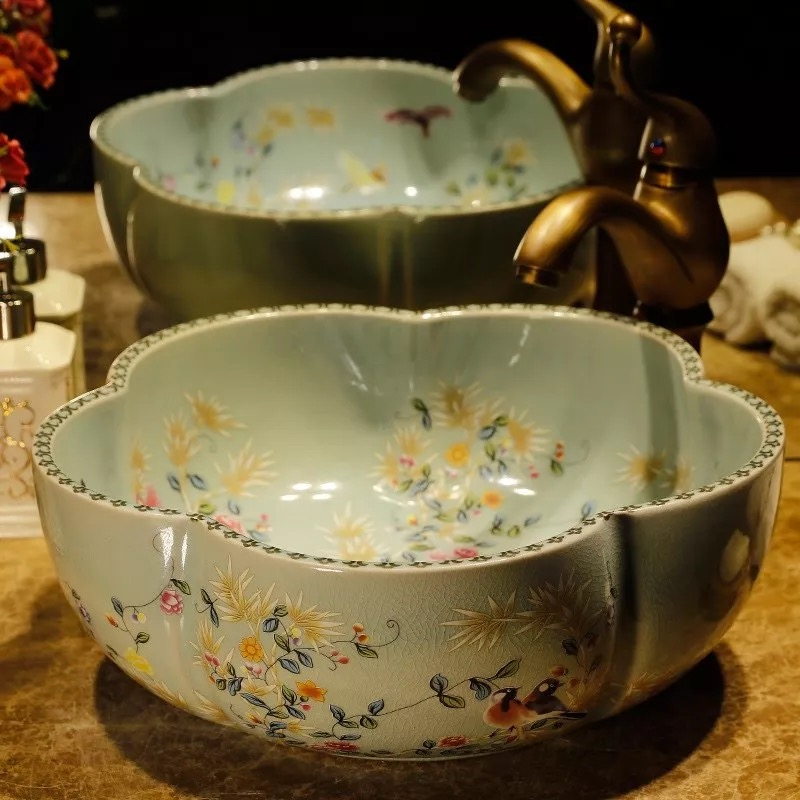Lavabo en porcelaine peinte en forme de fleurLavabo en porcelaine peinte en forme de fleur