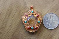 PN115 Ethnique Tibétain Bijoux Tibet Bouddhiste Prière Boîte Gau Pendentif Main Népalais Cuivre D'or Tour Forme Prière Amulette