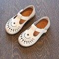 2017 Primavera/Verão Meninas Sandálias Para Crianças Sapatos Princesa Sapatos Da Moda Oco Crianças Sandálias de Couro Macio Sapatos de Bebê Fundo Macio