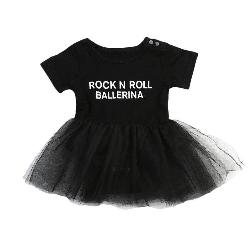 Белое платье с черными буквами