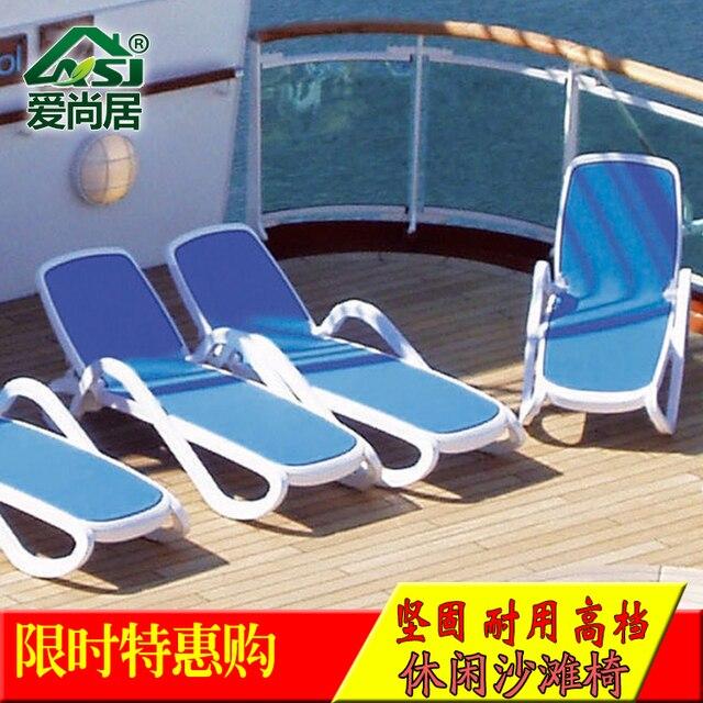 Las importaciones de plástico tumbonas en la piscina del hotel al ...