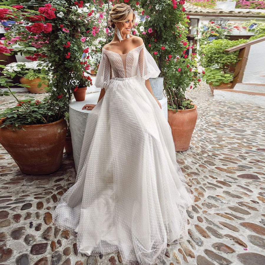 Romantic A-line Wedding Dress Lovely Illusion Lantern Sleeve Lace Strapless Tulle Boho Bridal Gown Button Back Bridal Dress