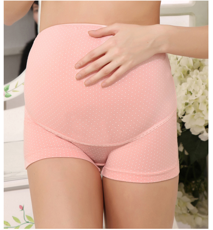 Various types of plus-size maternity panties When shopping for maternity panties for plus-size women, one of the most important features to consider is the underwear type. Popular options include seamless, over-the-bump, and under-the-bump.