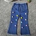 Menina Calça Jeans Cintura Elástica Com Colorido Bola De Lã Clássica Calças Boot Cut Jeans calças de Brim das Crianças dos miúdos da Roupa Do Bebê Meninas inferior