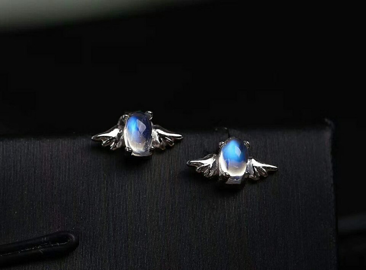 The natural blue color Moonstone is small and delicate small angel ear nail! S925 pure silver plated platinum mosaic