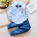2016 Meninos Terno Camisa Do Bebê T-shirt + calças de brim 2 pçs/set cardigan listrado gravata borboleta moda terno de brim alfanumérico 8 roupa Dos Miúdos