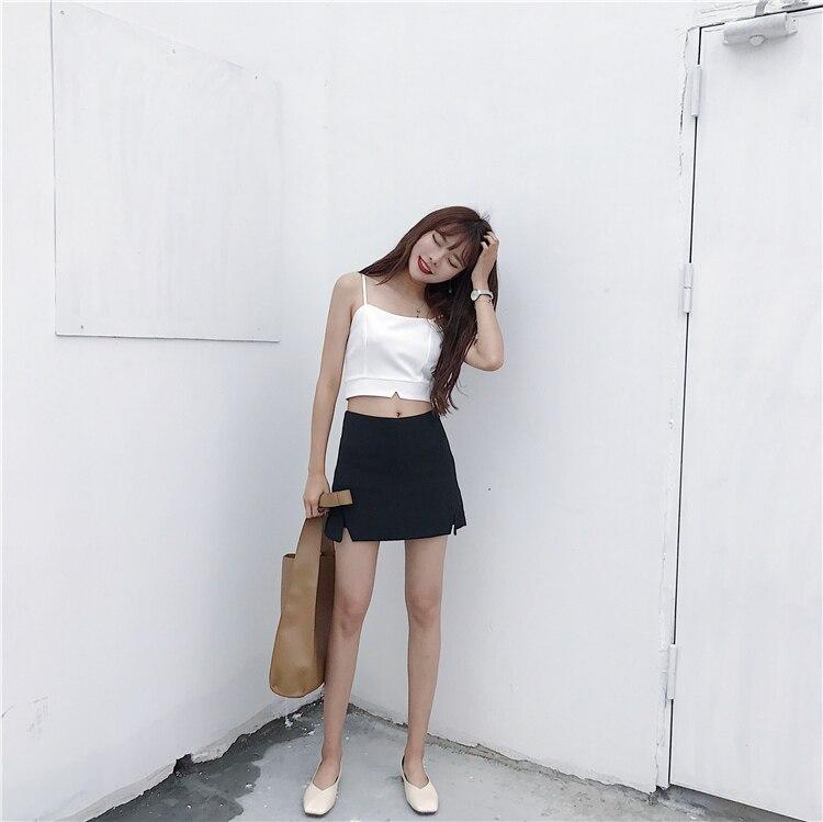 Девушка в тонкой юбке
