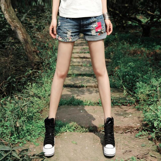 O Envio gratuito de 2017 Boshow Nova Moda Verão 100% Algodão Shorts Jeans Com Buracos Flores Primavera Shorts Jeans Para As Mulheres S-XL