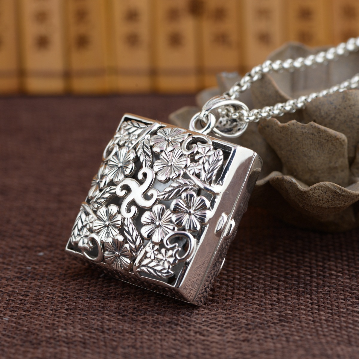 S925 silver antique process Hollow out blooming flowers ga black box pendant female model Thai silver wholesaleS925 silver antique process Hollow out blooming flowers ga black box pendant female model Thai silver wholesale