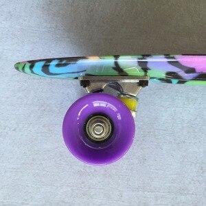"""Image 2 - 22 """"빛나는 색상 혼합 스케이트 크루저 보드 플라스틱 레트로 스타일 바나나 스케이트 보드 라이트 미니 longboard 좋은 품질"""