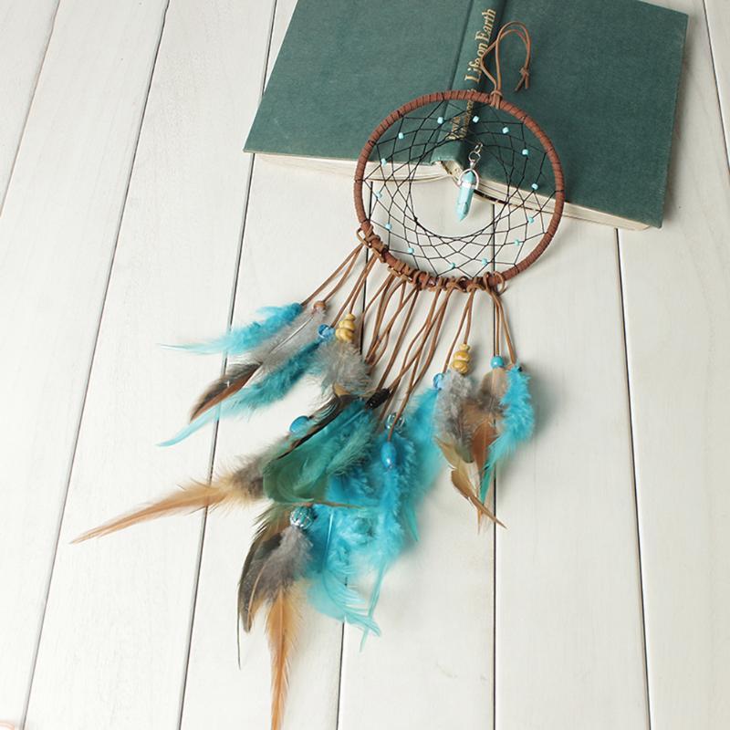 Capteur de rêves plumes, cordes de velours, perles de bois, turquoise, mis en scène