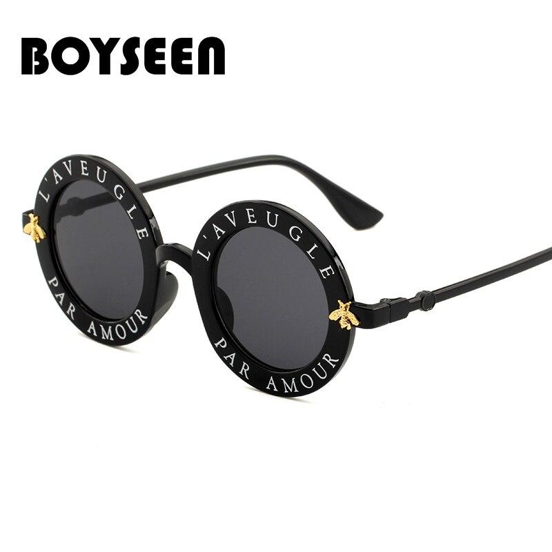 3d995aca6e172 BOYSEEN Retro Rodada óculos de Sol Letras Inglesas Little Bee Óculos de Sol  Das Mulheres Dos