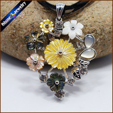 Collares Vintage Hand-carved Flower Natural Abalone Pearl Sea Shell Water Art Carving Gems Beads Pendant Necklace for Women