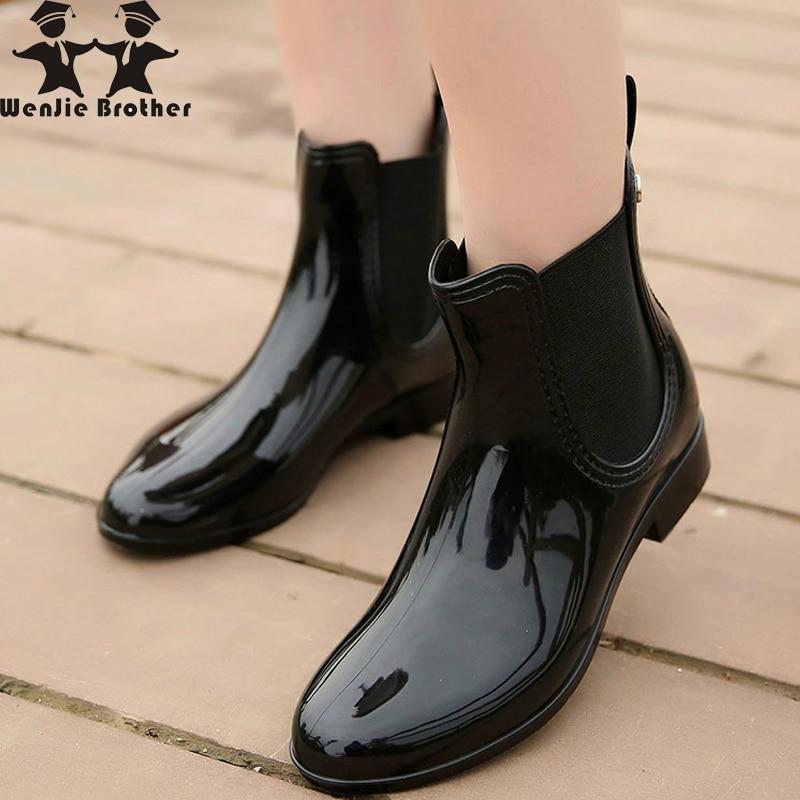 Wenjie brother/женские модные резиновые сапоги из мягкого ПВХ с эластичными лентами; короткие резиновые сапоги на Плоском Каблуке; Водонепроницаемая Обувь-in Полусапожки from Обувь