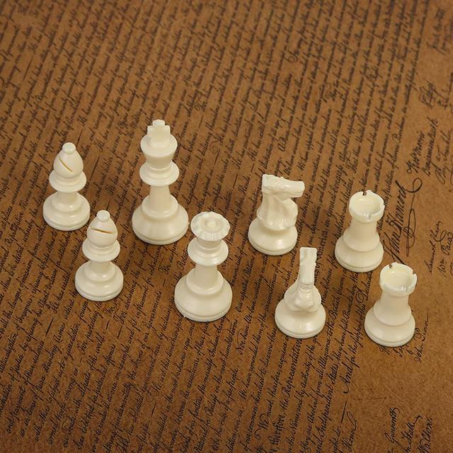 32 pièces d'échecs médiévales noir et blanc complet 64/77mm plastique  4
