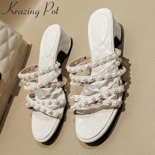 Krazing pot/элегантные женские босоножки из коровьей кожи с открытым носком; туфли без шнуровки на среднем каблуке; туфли без задника с украшением из жемчуга; Свадебная Повседневная обувь; L08