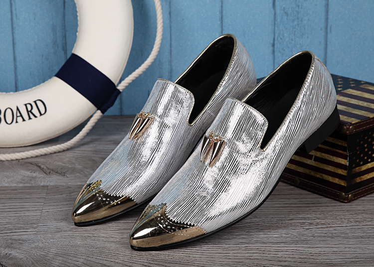 цена на Fashion New 2018 Flats Loafers Men Shoes Oxfords Slip on Dress Wedding Shoes Metal pointed toe Genuine leather Boats Shoes