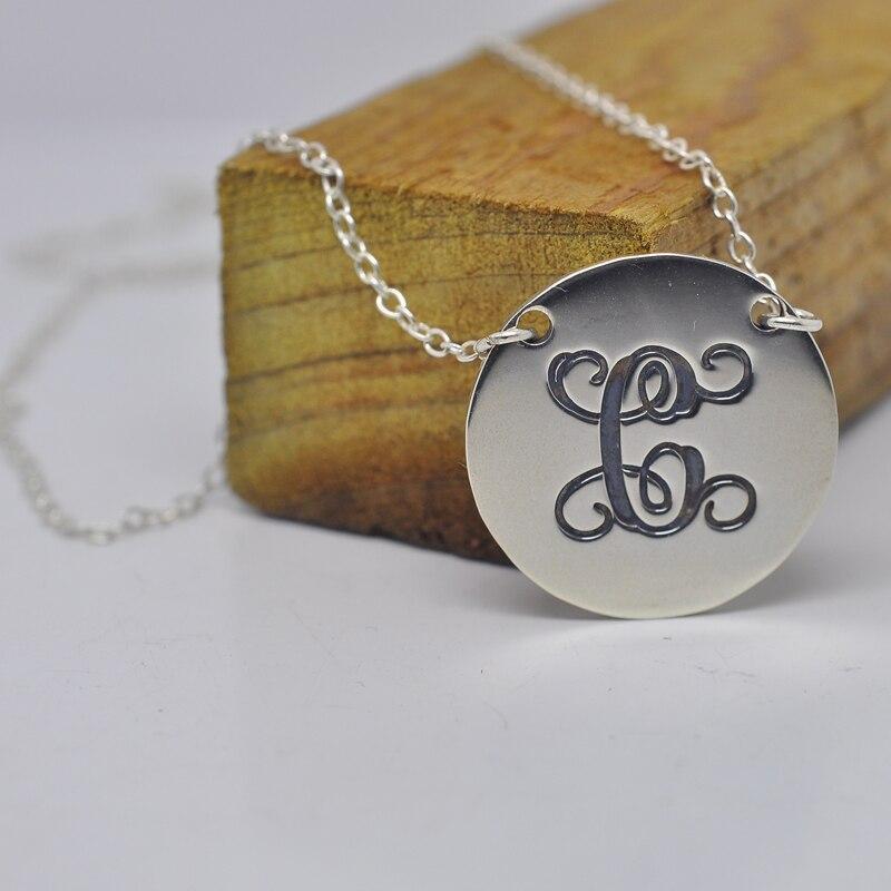5948a3706efd Plata esterlina al por mayor collar disco monograma grabado personalizado  sola letra encargo pendiente regalo de joyería de moda