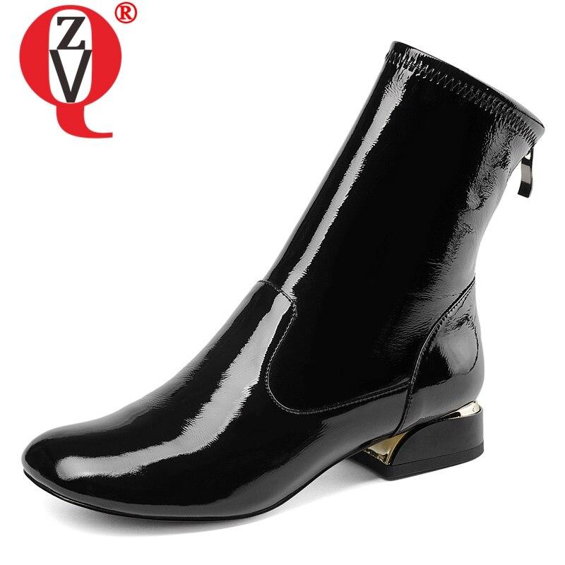 ZVQ أحذية النساء 2019 جديد الأزياء موجزة براءات الاختراع والجلود ساحة تو البريدي ساحة أدنى كعب الأسود والأبيض حذاء من الجلد شحن مجانا-في أحذية الكاحل من أحذية على  مجموعة 1