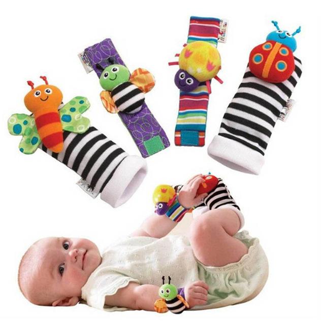 Comercio al por mayor 20 sets Sonajero Juguetes Del Bebé calentadores de la pierna De Alto Contraste Muñeca del Insecto del Jardín Rattle + Calcetines Pie 4 unids un conjunto