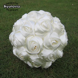 Image 2 - Kyunovia Succinct Satin Rose Boeket Handgemaakte Lint Rose Bruiloft bloemen Kant Handvat Ivoor Bruidsmeisje Bruidsboeketten FE76