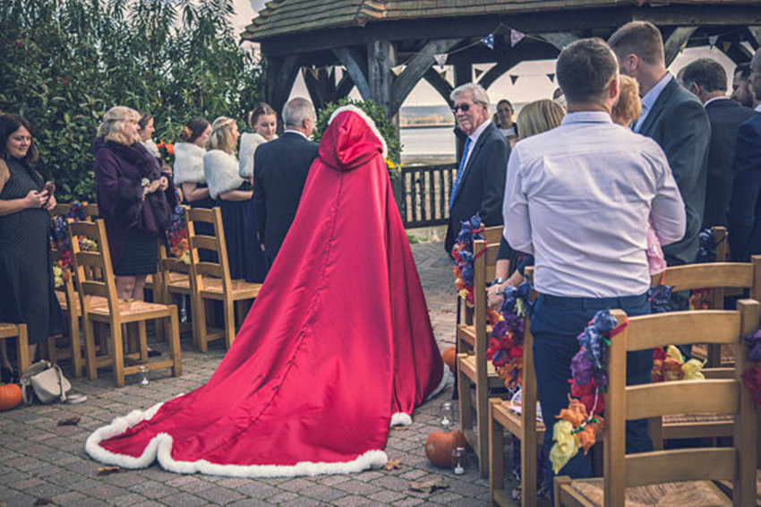 Belle Costume Cape de mariée Satin Cape de mariage garniture en fausse fourrure à la main