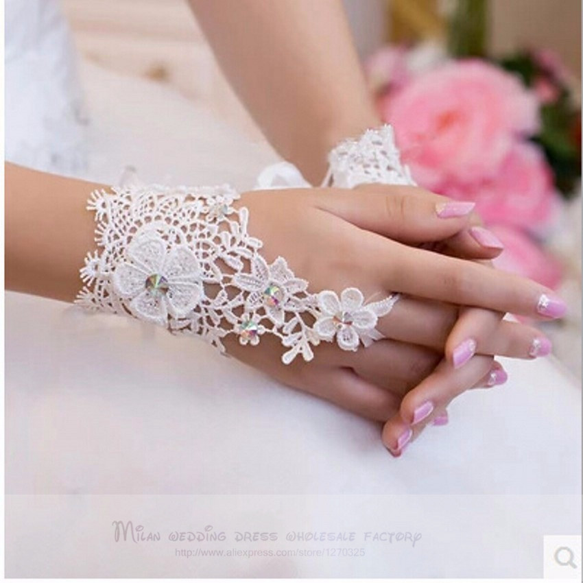 Woman Short White/ Ivory Lace Wedding Gloves Fingerless Wrist Length Bridal Party Gifts Wedding Accessories 2018 In Stocks