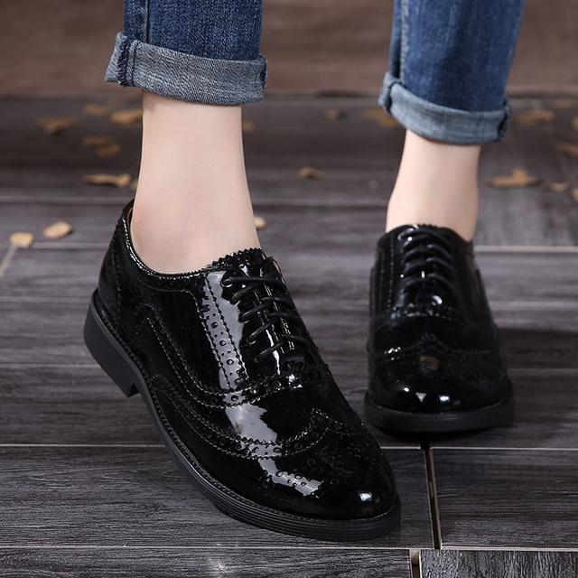 2016 Genuíno Couro Mulheres Sapatos Brogues Oxfords Rendas até Salto Plana Dedo Do Pé Redondo Preto De Couro Mulheres Sapatos Casuais