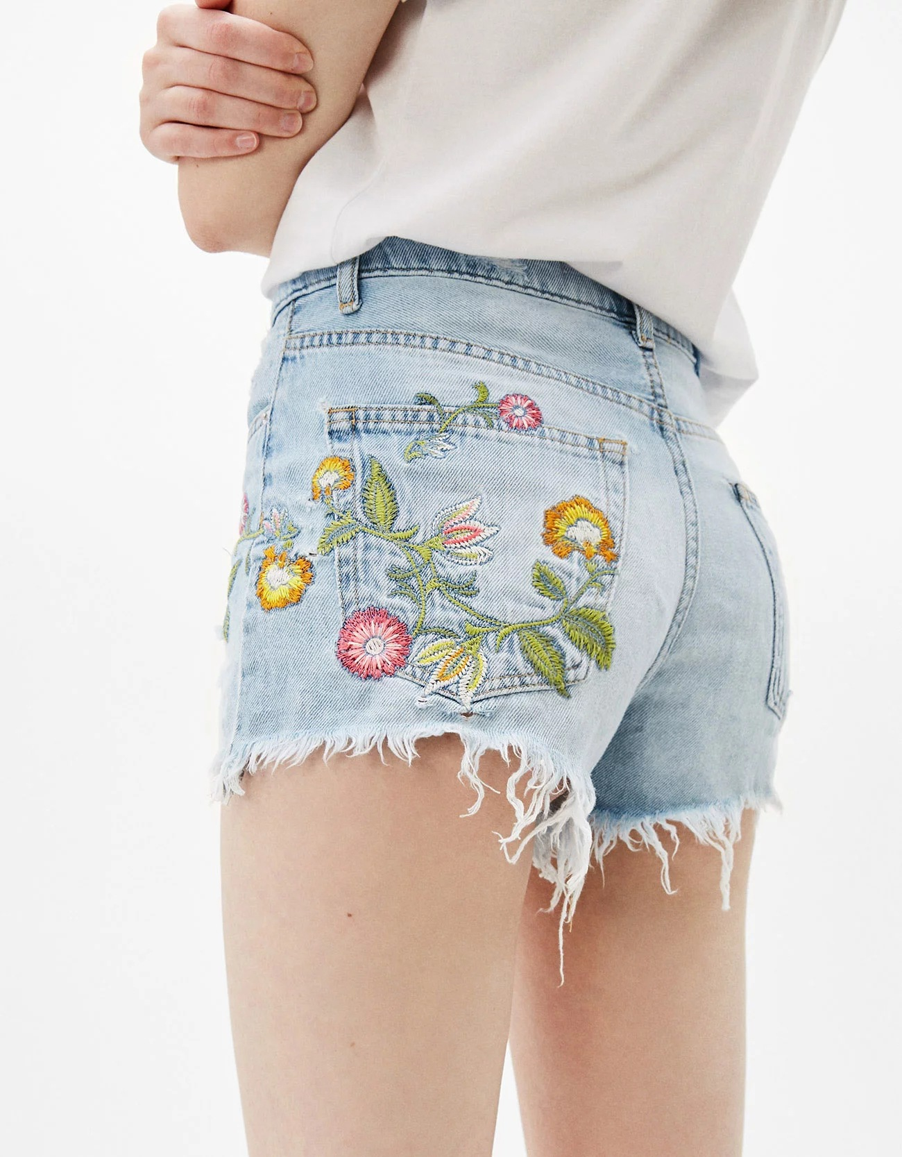 A0605F5 summer new products in Europe and the flower embroidery wash jeans shorts 9077 0605