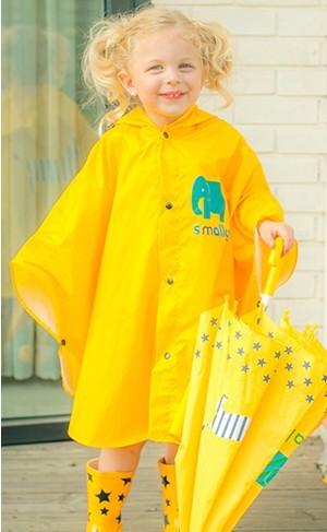 Niños impermeable un encapuchada linda mujer niño niño del bebé entre padres e hijos poncho puede ser un abrigo