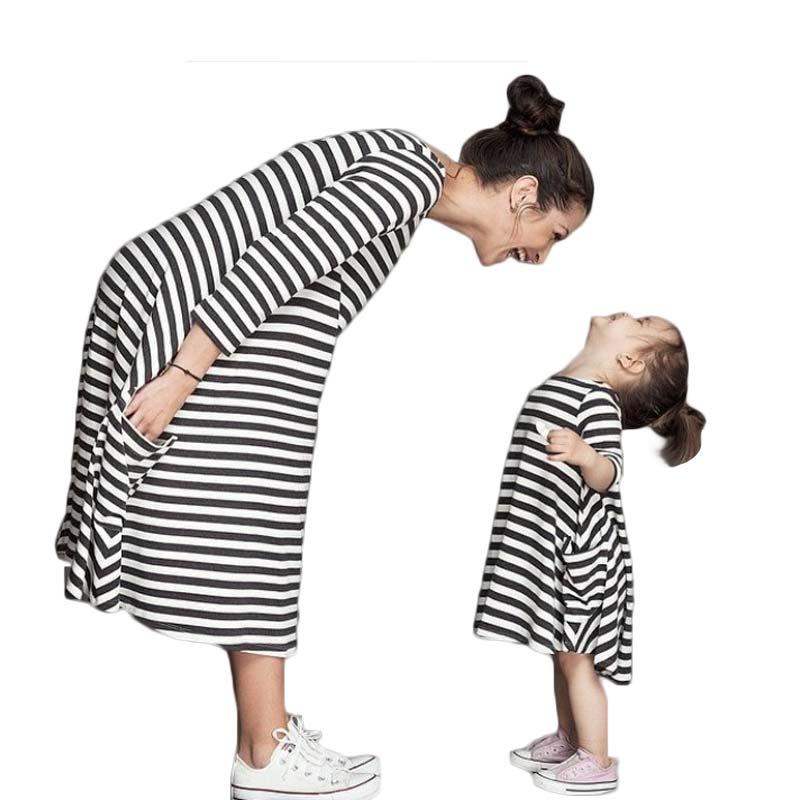 2016 Nový jarní a podzimní styl rodiny Odpovídající oblečení Matka a dcera podzim plný balck pruhované šaty