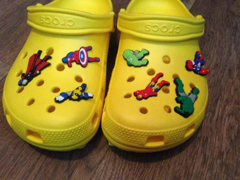 50 pçs/lote Aleatória Acessórios Decoração Da Sapata Da Sapata DO PVC Encantos da Sapata Ajuste Sapatos Para Crianças Croc Jibz Tamancos Sapatos E Pulseiras