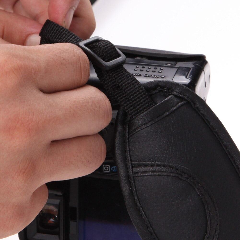 как прикрепить кистевой ремешок к фотоаппарату про