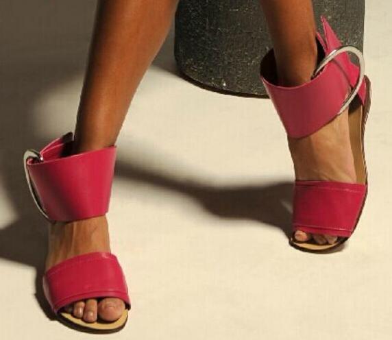 2017 verano venta caliente gruesa hebilla del tobillo mujeres sandalias planas sexy punta abierta estilo conciso para mujer sandalias de gladiador zapatos de baile