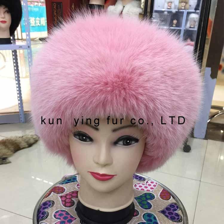 The fox fur hat brim leather roof caving female model