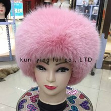 The fox fur hat brim leather roof caving female model