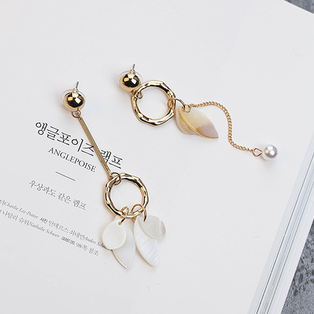 2017 Koreanska mode Elegance Drop Earrings Asymmetriska Simulerade Pearl Shell Leaves boucle d'oreille femme