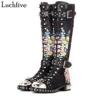 2018 новые Заклёпки заклепками ботинки с высоким голенищем кожи и флока с цветочным принтом мотоботы с круглым носком ремешок с пряжкой bota