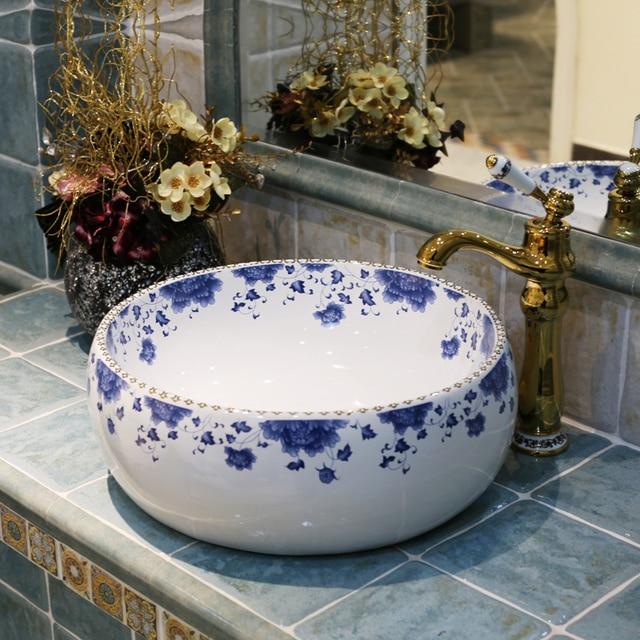 europa estilo vintage lavobo azul y blanco de cermica lavabo sobre encimera lavabo del bao mano with encimera azul