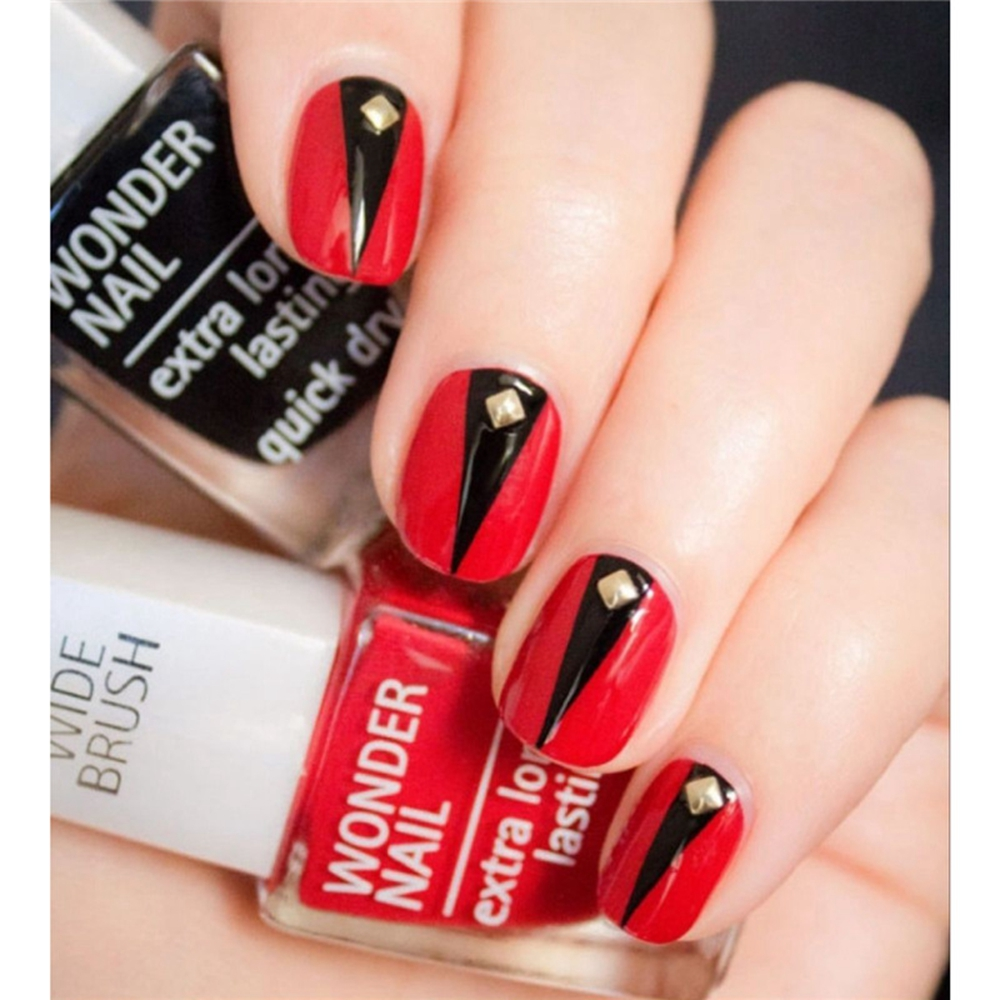 Shiny Red Round Nails Short Size Fake Nails Gold Revits Decoration ...